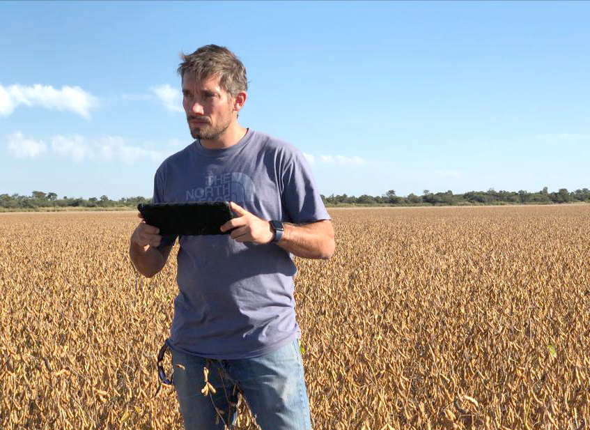 Santiago Viel, ingeniero agrónomo, utiliza la app de agricultura Fieldview para el monitoreo de cultivos